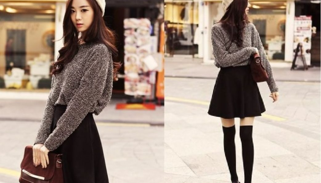 Mix đồ nữ tính với áo len và chân váy ngắn