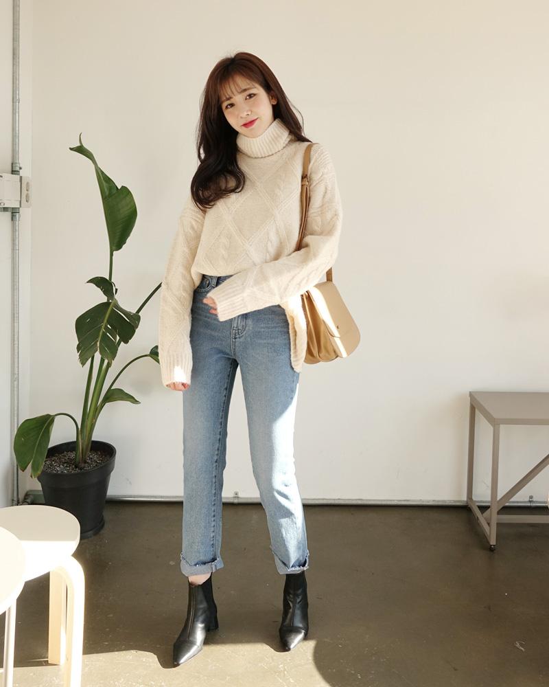 Cá tính và chất lừ với áo len cổ lọ kết hợp với quần jean và boot đen